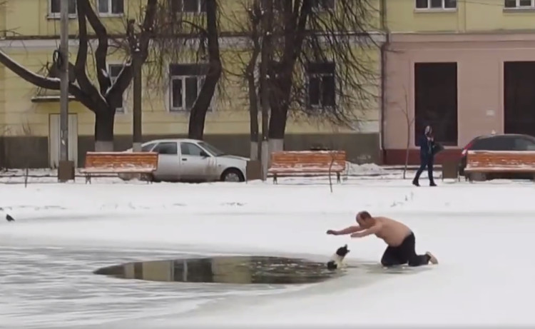russia-salva-cane-lago-ghiacciato