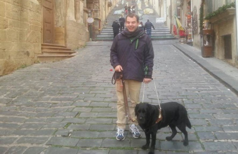 Ryanair non accetta il Cane-guida, non vedente rimane a terra